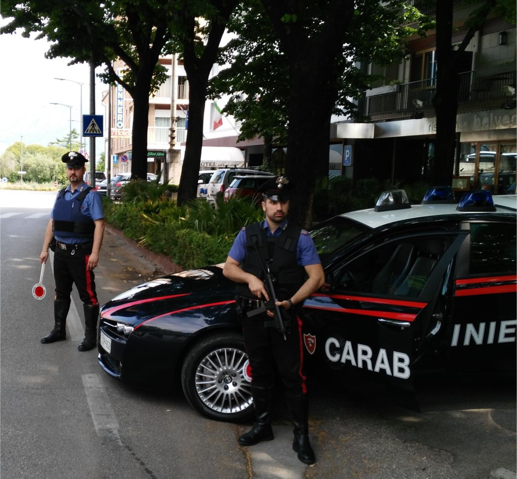 Orrore a Pavia: ragazzo di 18 anni accoltella la madre e si taglia la gola
