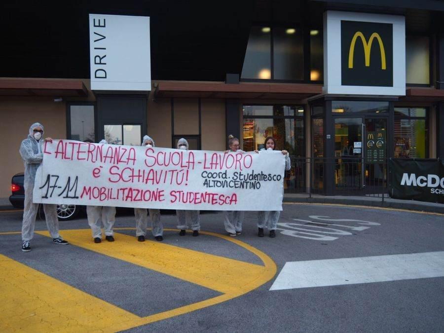 Gli studenti in piazza contro l'alternanza scuola-lavoro