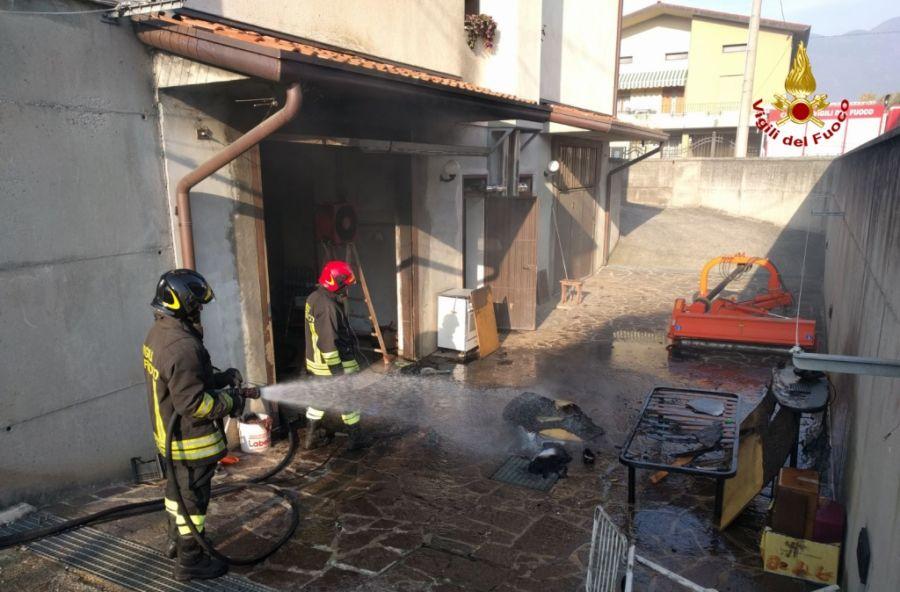 Garage invaso dalle fiamme i pompieri mettono in salvo il for Piani di caverna di garage uomo