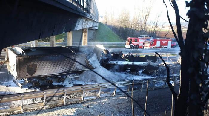 Brescia, incidente sull'A21: schianto tra camion e auto, sei morti