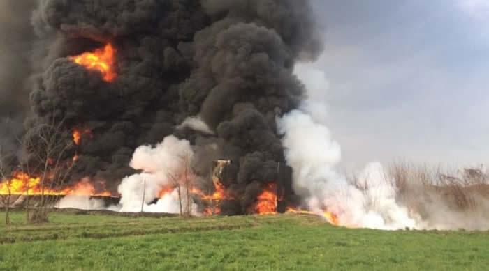 Domato in 8 ore l'incendio al deposito di materie plastiche a Pianezza