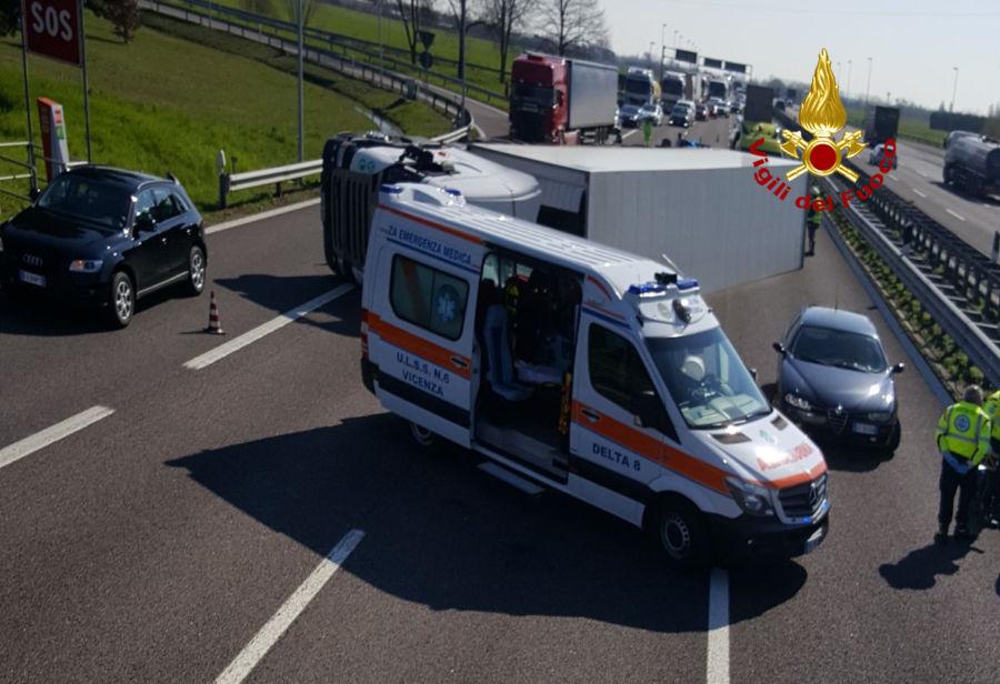 Incidente A4, Tir si ribalta: 2 feriti e code per 10 km
