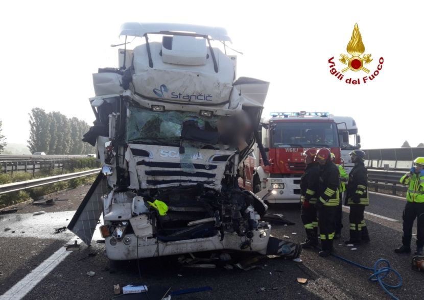 Incidente sulla A4: auto si ribalta, automobilista tra le lamiere