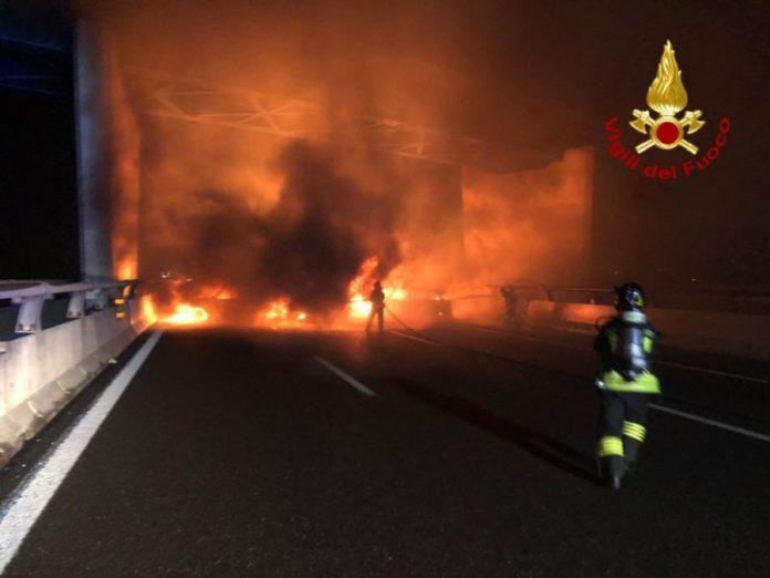 Assalto a portavalori: auto in fiamme e chiodi sull'asfalto