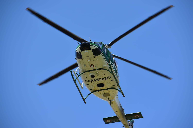 Elicottero dei carabinieri in perlustrazione nella ...
